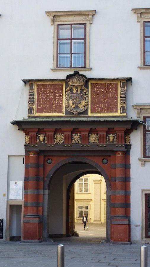 hofburg-il portone del cortile degli svizzeri