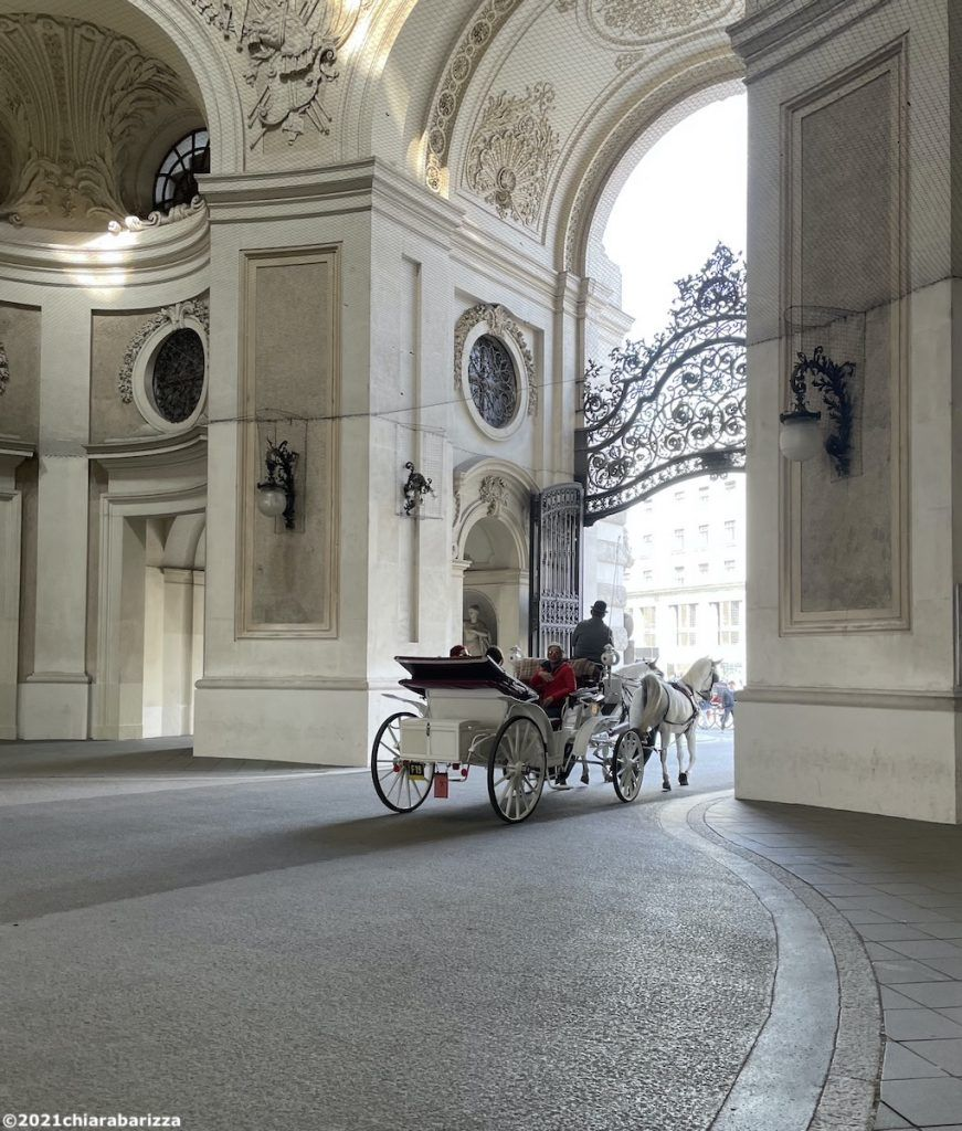 la carrozza del fiaker esce dalla hofburg