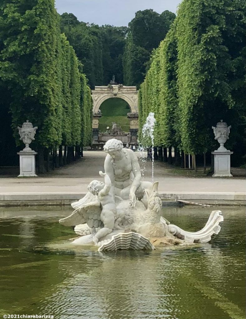 fontana nei viali del parco di schönbrunn